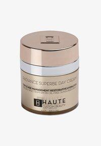 Haute Custom Beauty - RADIANCE SUPERBE SUPREME DAY CREAM 50ML - Hydratant teinté - translucent - 0