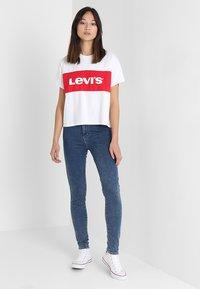 Levi's® - GRAPHIC VARSITY TEE - T-Shirt print - shortee white - 1
