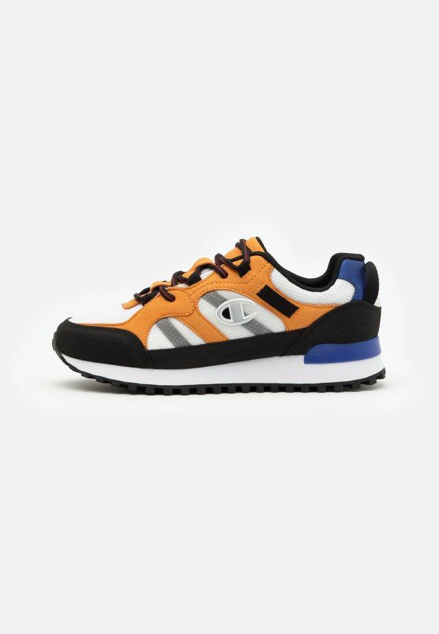 LOW CUT SHOE DSM 165 TREK - Chaussures d'entraînement et de fitness - white/new black/brown