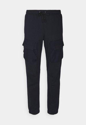 MIXED WOVEN CARGO PANT - Pantalon de survêtement - mazarine blue