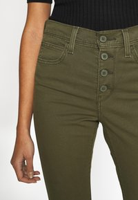 Levi's® - 724 HR STR CROP UTILITY - Pantalones - olive night - 4
