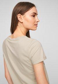 QS by s.Oliver - MIT FRONTPRINT - Print T-shirt - beige - 4