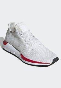 adidas Originals - SWIFT RUN RUNNING-STYLE SHOES - Trainers - white - 4