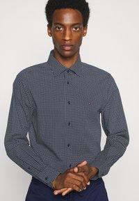 Tommy Hilfiger Tailored - GEO DOT - Formal shirt - navy/light blue - 3