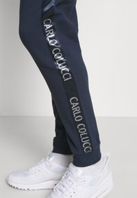 Carlo Colucci - Tracksuit bottoms - navy - 3