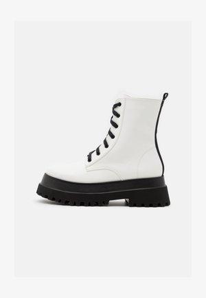 HARLOW - Kotníkové boty na platformě - white