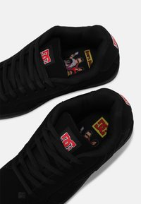 DC Shoes - BOBS NET UNISEX - Trainers - black/red - 6