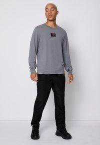 Calvin Klein Jeans - CUFFED BADGE TEE - Maglietta a manica lunga - shining armor - 1