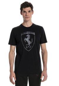 Puma - FERRARI HERREN BIG SHIELD  - T-shirt med print - black - 1