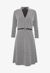 comma - DRESS SHORT - Pletené šaty - black - 3