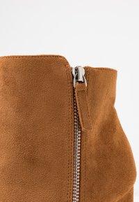 Buffalo - FERMIN - Kotníková obuv na vysokém podpatku - camel - 2