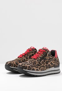 Gabor - WIDE FIT - Trainers - savanne/rosso - 4