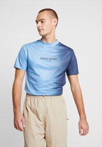 Daily Basis Studios - SIDE FADE TEE - T-shirt basic - navy/light blue - 0