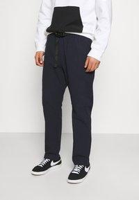 Caterpillar - IPSOS PANTS - Spodnie materiałowe - blue - 0