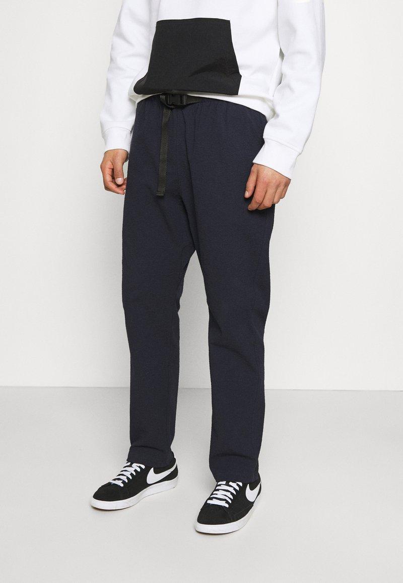 Caterpillar - IPSOS PANTS - Spodnie materiałowe - blue
