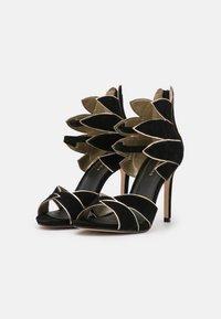 Cosmoparis - ZALIA - Ankle cuff sandals - noir/or - 2