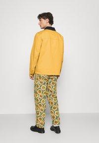 Tommy Jeans - BADGE WORKER JACKET - Summer jacket - gold - 2