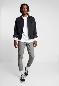 Redefined Rebel - KING PANTS - Chino - grey check - 1