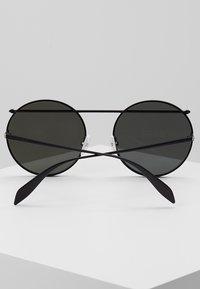 Alexander McQueen - Zonnebril - black - 5