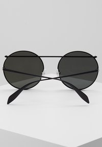 Alexander McQueen - Lunettes de soleil - black - 5