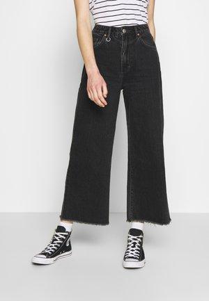 PIXIE CROP - Flared Jeans - dusty black