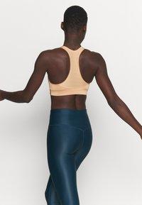Casall - ICONIC SPORTS BRA - Medium support sports bra - clean beige - 2