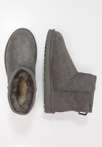 UGG - CLASSIC MINI II - Classic ankle boots - grey - 2