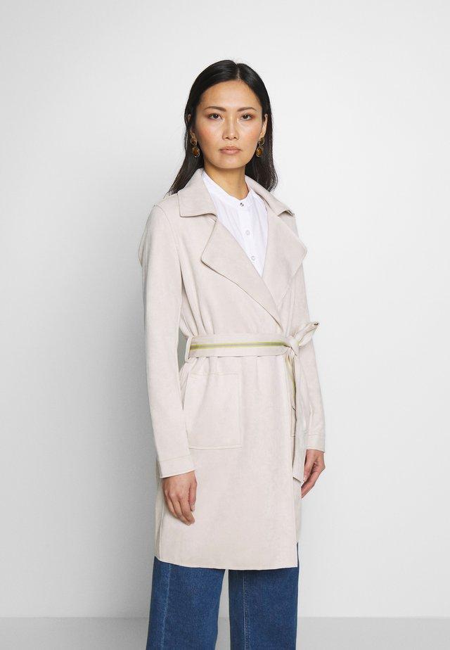 Klasický kabát - white sand