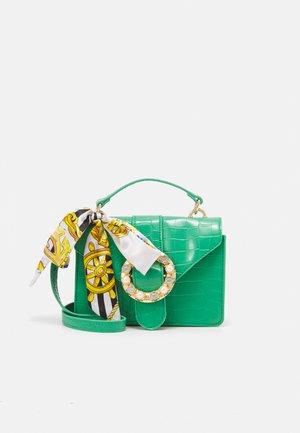 PCABBY CROSS BODY CROC - Taška spříčným popruhem - emerald