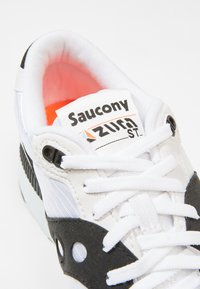Saucony - AZURA - Trainers - white/black/red - 5