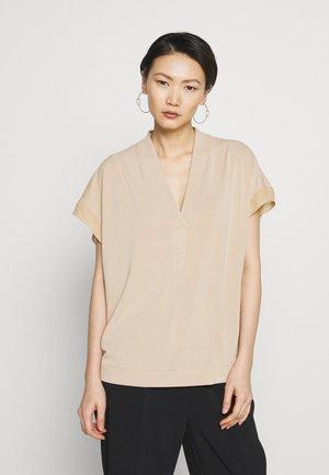 OLIVERZA - T-shirt med print - tan