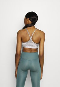 Nike Performance - INDY SKY BRA - Sport-BH med lätt stöd - smoke grey/black/white - 2
