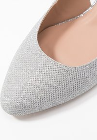 Dorothy Perkins Wide Fit - WIDE FIT DOLLAR CYCLINDER HEEL SLINGBACK COURT - Escarpins - silver - 2