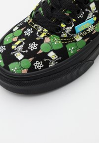 Vans - THE SIMPSONS AUTHENTIC - Sneakersy niskie - black/multicolor - 5
