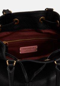 Coccinelle - GABRIELLE SOFT BUCKET - Handbag - noir - 3