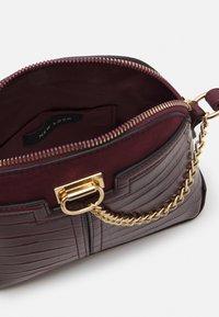 New Look - KIERAN LIZARD MINI KETTLE - Across body bag - dark burgundy - 2