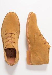 Selected Homme - SLHROYCE DESERT LIGHT BOOT - Sznurowane obuwie sportowe - sand - 1