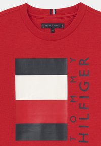 Tommy Hilfiger - GLOBAL STRIPE  - Print T-shirt - red - 2