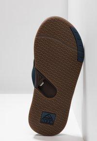 Reef - FANNING LOW - Sandály s odděleným palcem - navy/brown - 4