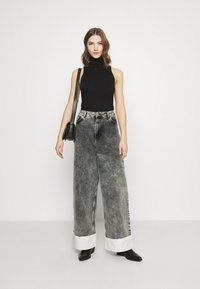 NU-IN - STEFANIE GIESINGER CONTRAST TURN UP WIDE LEG - Relaxed fit jeans - black wash - 1