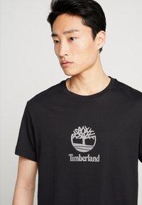 Timberland - STACK LOGO TEE - T-shirt z nadrukiem - black - 3