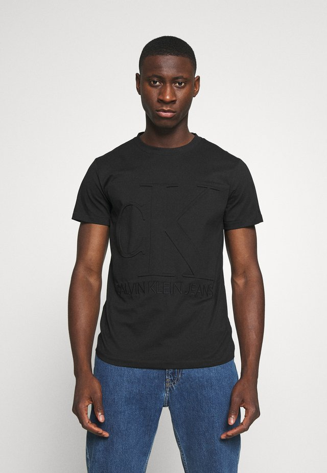 EMBOSSED REGULAR FIT TEE - Camiseta estampada - black