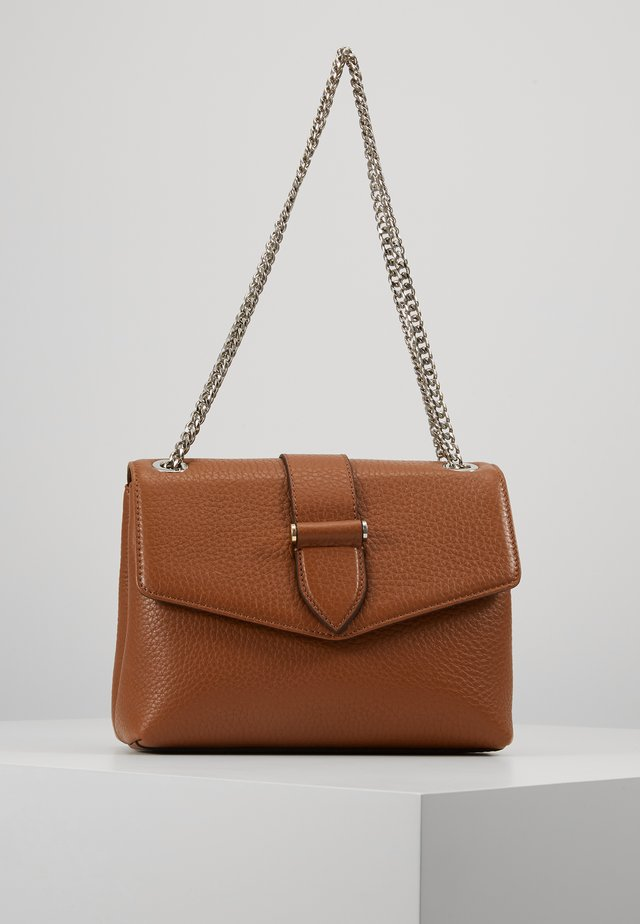 MARIA MEDIUM CHAIN BAG - Axelremsväska - cognac