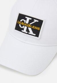 Calvin Klein Jeans - MONO EMBRO PATCHTRUCKER UNISEX - Casquette - bright white - 3