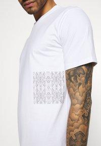 YAVI ARCHIE - MARBLE - Print T-shirt - white - 4