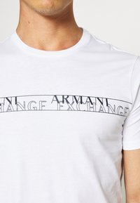 Armani Exchange - T-shirt con stampa - white - 5