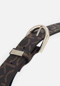 Calvin Klein - MUST ROUND BELT MONO - Cinturón - brown - 3
