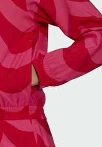 adidas Originals - X MARIMEKKO - Veste de survêtement - vivid red/team real magenta - 4