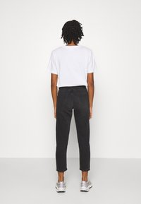 Carhartt WIP - PAGE CARROT ANKLE PANT - Jeans Tapered Fit - black - 2