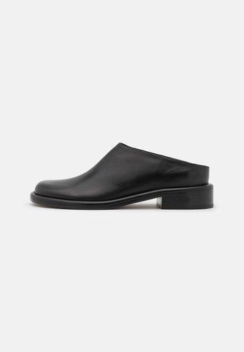PIPE FLAT MULE - Pantofle - black